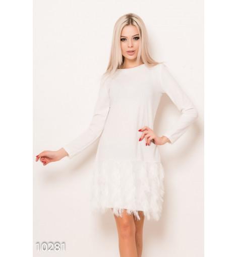 Белое нарядное однотонное платье с бахромой