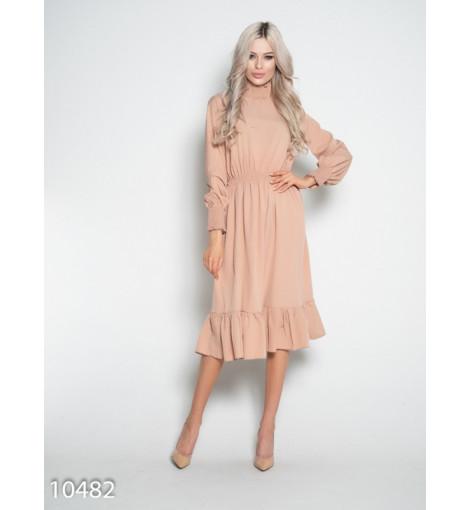 Бежевое приталенное платье с длинными рукавами