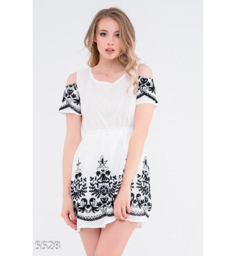 Белое с черной вышивкой короткое платье с вырезами на плечах