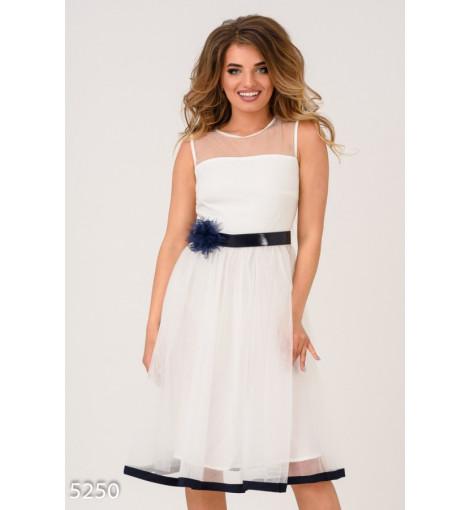 Белое с синим пышное платье с многослойной юбкой