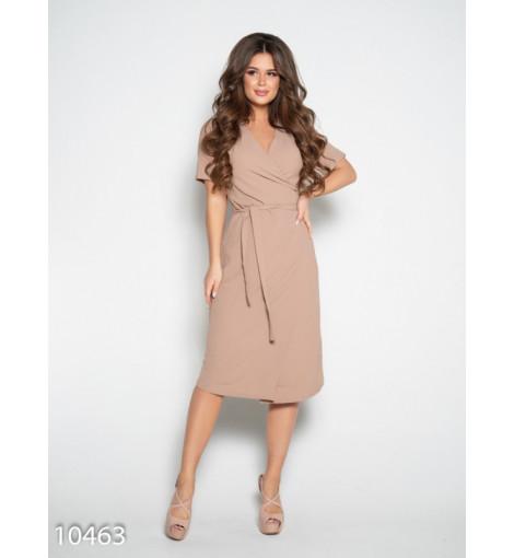 Бежевое платье с запахом и короткими рукавами