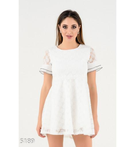 Белое двухслойное платье-футболка с кружевным верхним слоем