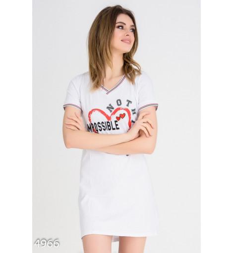 Белое свободное платье-футболка с V-вырезом и принтом на груди