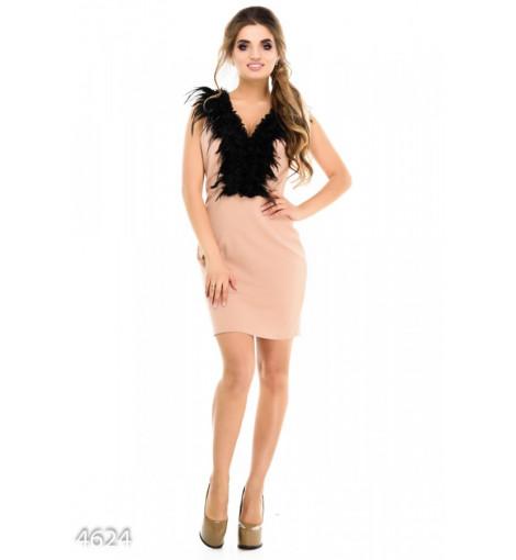 Бежевое платье с открытой спиной и роскошным перьевым украшением на груди