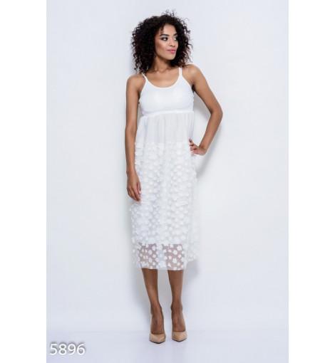 Белое легкое платье с кружевными бретелями и объемными цветами на юбке