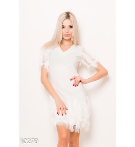 Белое нарядное платье с короткими рукавами декорированное бахромой