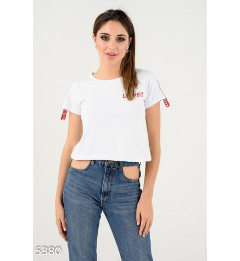 Белая короткая футболка с красной тесьмой и принтом на спине